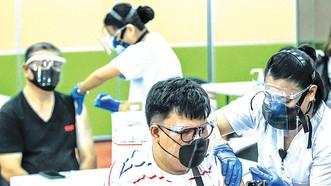 Tiêm vaccine Covid-19 cho người dân tại Manila, Philippines, ngày 12-5. Ảnh: THX