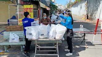 Quận đoàn quận Bình Tân hỗ trợ nhu yếu phẩm cho người dân. Ảnh: VĂN MINH