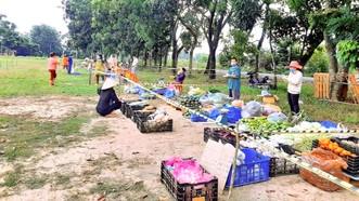 Người dân được phát phiếu để đi chợ dã chiến ở xã Phước Vĩnh An (huyện Củ Chi, TPHCM). Ảnh: Fanpage Đoàn Thanh niên xã Phước Vĩnh An