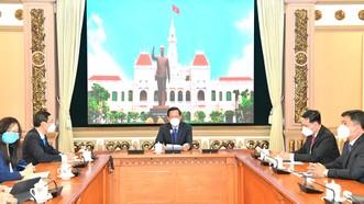 Chủ tịch UBND TPHCM Phan Văn Mãi tiếp trực tuyến Giám đốc quốc gia Ngân hàng Phát triển châu Á (ADB) tại Việt Nam Andrew Jeffries. Ảnh: VIỆT DŨNG