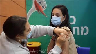 Nhân viên y tế tiêm vaccine phòng Covid-19 cho người dân tại Tel Aviv, Israel, ngày 10-2-2021. Ảnh minh họa: THX/TTXVN
