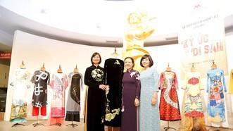 Bà Nguyễn Phương Nga, Chủ tịch Liên hiệp các tổ chức hữu nghị Việt Nam trao tặng áo dài cho Bảo tàng Phụ nữ Việt Nam. Ảnh: hcmcpv.org.vn