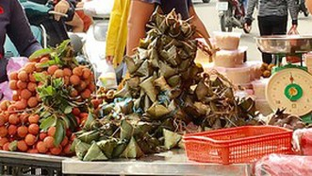 Bánh ú tro, hoa cắt cành hút khách dịp Tết Đoan Ngọ