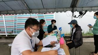 Người dân được tư vấn kỹ lưỡng trước và sau khi tiêm vaccine Covid-19 tại điểm tiêm phường Đông Hòa, TP Dĩ An