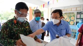 Bí thư Thành ủy TPHCM Nguyễn Văn Nên đi thăm, động viên F0 trong bệnh viện dã chiến