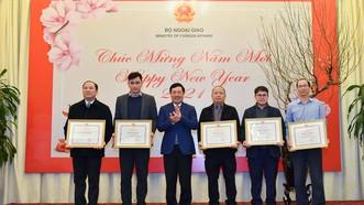 Phó Thủ tướng, Bộ trưởng Bộ Ngoại giao Phạm Bình Minh trao tặng bằng khen cho một số cá nhân và tập thể báo chí đã có đóng góp vào công tác đối ngoại