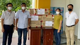 Quỹ thiện nguyện Steve Bùi và Những người bạn trao tặng khẩu trang N95 cho TPHCM