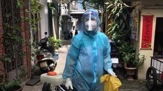 Tổ phản ứng nhanh trạm y tế phường Tân Định, quận 1 đưa máy trợ thở di động xuống tận nhà chăm sóc ca mắc Covid-19 (F0)