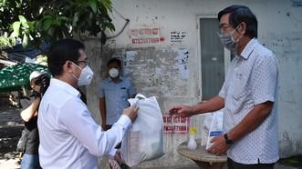 Đồng chí Dương Ngọc Hải tặng quà động viên đội ngũ y, bác sĩ Bệnh viện quận Tân Phú