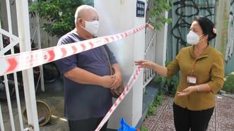 Đồng chí Trần Kim Yến tặng quà cho hộ khó khăn tại phường Tân Định
