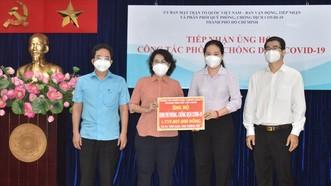 Chủ tịch Ủy ban MTTQ Việt Nam TPHCM Tô Thị Bích Châu tiếp nhận bảng tượng trưng ủng hộ từ Đảng ủy Khối Dân - Chính - Đảng TPHCM.