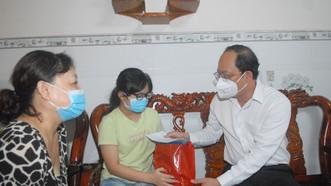 Phó Bí thư Thành ủy TPHCM Nguyễn Hồ Hải thăm hỏi trẻ em mồ côi có cha, mẹ mất vì Covid-19. Ảnh: CAO THĂNG