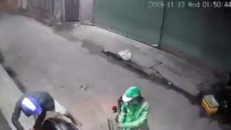 Một vụ dùng bình xịt hơi cay tấn công người dân, cướp tài sản được camera an ninh ghi lại