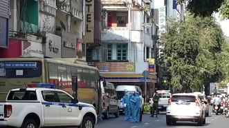 Lực lượng chức năng tiến hành khử khuẩn và đưa nhóm người Trung Quốc đi cách ly
