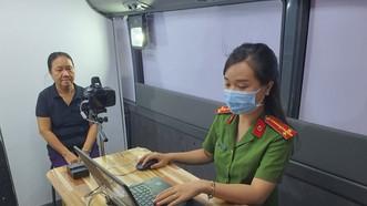 Lực lượng công an làm CCCD gắn chip cho người dân trên địa bàn TPHCM. Ảnh: C.T