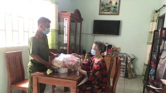 Trung uý Phạm Tiến Dũng đến thăm hỏi bà Vẽ. Ảnh: BẢO TRÂN