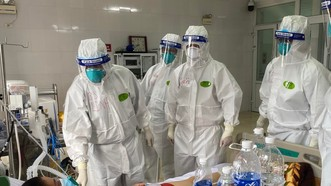 Các bác sĩ bệnh viện Chợ Rẫy đang khám chữa bệnh cho bệnh nhân tại Bắc Giang