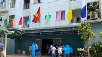 Lực lượng chức năng tiến hành phun khử khuẩn chung cư 12T3 (đường Bùi Dương Lịch, phường Nại Hiên Đông, quận Sơn Trà, TP Đà Nẵng)