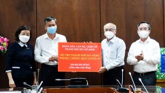 Đồng chí Phan Nguyễn Như Khuê trao bảng tượng trưng hỗ trợ quỹ phòng chống dịch cho đồng chí Đoàn Ngọc Hùng Anh