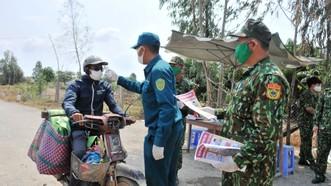 Lực lượng Bộ đội Biên phòng và dân quân tỉnh Đồng Tháp kiểm tra, đo thân nhiệt người dân ở khu vực biên giới