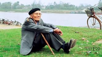 Nhà thơ Hoàng Cầm chụp năm 2002