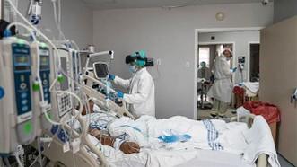 Nhân viên y tế điều trị cho bệnh nhân Covid-19 tại trung tâm y tế ở Houston, Texas (Mỹ). Ảnh: Getty Images/TTXVN