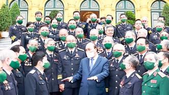 Chủ tịch nước Nguyễn Xuân Phúc gặp mặt thân mật Đoàn đại biểu cựu chiến binh đường Hồ Chí Minh trên biển và đại diện, lãnh đạo, chỉ huy các cơ quan, đơn vị Quân chủng Hải quân. Ảnh: TTXVN