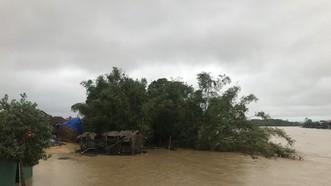Lũ trên sông Trà Bồng tràn qua xóm Đồng Min. Ảnh: NGUYỄN TRANG