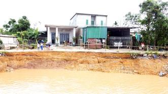 Sông Thạch Hãn, đoạn qua thôn Trà Liên Đông (xã Triệu Giang, huyện Triệu Phong, tỉnh Quảng Trị) bị sạt lở nghiêm trọng. Ảnh: NGUYỄN HOÀNG