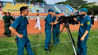 Khối dân quân phường thao tác tháo lắp vũ khí
