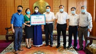 Phó Chủ tịch UBND tỉnh Quảng Nam Trần Văn Tân cùng ngành y tế tỉnh Quảng Nam tiếp nhận máy xét nghiệm Covid-19 từ Tập đoàn Thiên Minh. Ảnh: NGUYỄN CƯỜNG