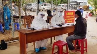 Chỉ trong buổi sáng ngày 26-10, huyện Nam Trà My ghi nhận 64 ca test nhanh dương tính với SARS-CoV-2. Ảnh: NGUYỄN CƯỜNG