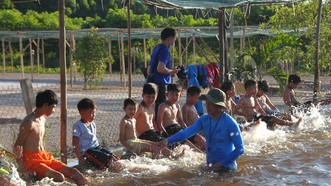 Quảng Trị: Tổ chức lớp dạy bơi miễn phí cho trẻ em khuyết tật