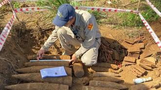 Lực lượng chức năng kiểm tra số vật liệu nổ