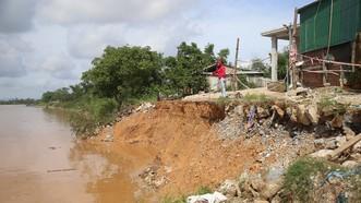 Bờ sông Thạch Hãn đoạn qua thôn thôn Trà Liên Đông, xã Triệu Giang bị sạt lở nghiêm trọng, ăn sâu gần tới nhà của các hộ dân.