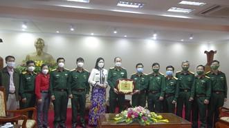 Bộ Tư lệnh TPHCM thăm, tặng quà hỗ trợ phòng chống dịch Covid-19 tại Quảng Trị
