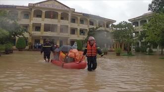 Giải cứu hàng trăm học sinh mắc kẹt trong ngôi trường bị nước bủa vây