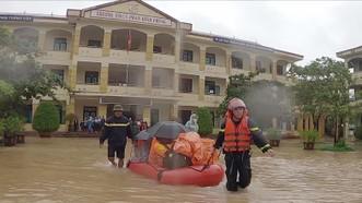 Giải cứu hàng trăm học sinh mắc kẹt trong ngôi trường bị nước lũ bủa vây