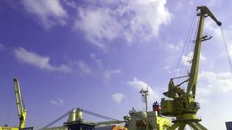 Cảng Hậu Giang đang khẩn trương bốc dỡ hàng hóa siêu trường, siêu trọng