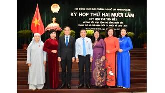 Phó Bí thư Thường trực Thành ủy TPHCM Trần Lưu Quang và Chủ tịch UBND TPHCM Nguyễn Thành Phong cùng các đại biểu HĐND TPHCM tại kỳ họp. Ảnh: VIỆT DŨNG