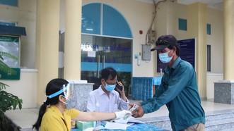 Lao động tự do nhận hỗ trợ theo Nghị quyết 09 tại xã Long Thới, huyện Nhà Bè. Ảnh: MAI HOA