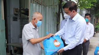 """Phó Chủ tịch UBND TPHCM Lê Hòa Bình thăm, tặng quà các """"vùng xanh"""" tại huyện Bình Chánh"""