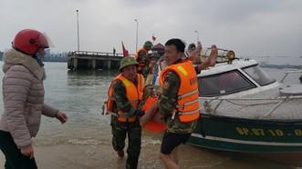 Bộ đội Biên phòng Quảng Bình đưa các ngư dân vào bờ cấp cứu