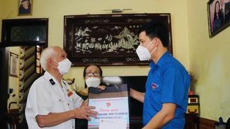 Bí thư Tỉnh Đoàn Quảng Bình Đặng Đại Bàng tặng quà cho cựu chiến binh Trương Văn Can tại phường Nam Lý, thành phố Đồng Hới, tỉnh Quảng Bình
