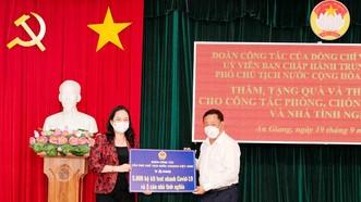 Phó Chủ tịch nước Võ Thị Ánh Xuân trao quà hỗ trợ phòng chống dịch Covid-19 ở An Giang
