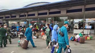 Bộ Tư lệnh TPHCM phối hợp với Công ty Phương Trang đưa người dân 8 tỉnh về quê. Ảnh: QUỐC HÙNG