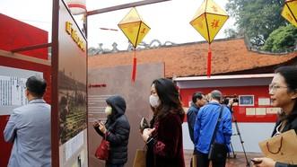 Đông đảo khách tham quan triển lãm