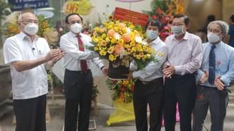 Bí thư Thành ủy TPHCM Nguyễn Văn Nên tặng hoa chúc mừng Hội Nhà báo TPHCM. Ảnh: DŨNG PHƯƠNG