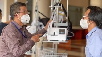 Bệnh viện quận Tân Phú được trao tặng hàng chục máy thở oxy lưu lượng cao