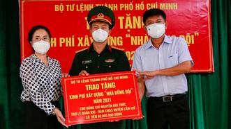"""Trao kinh phí xây """"Nhà đồng đội"""" và tặng quà cho người dân trên ấp đảo Thiềng Liềng"""